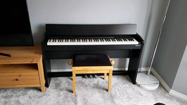 Roland F-140R keyboard